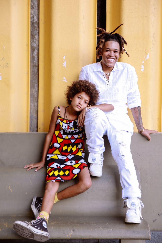Aos 8 anos, Lila é rapper – abram os portões para MC Lila –, grafita junto...