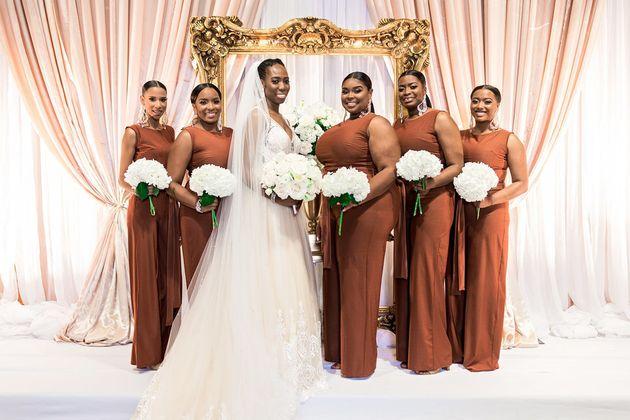 전통을 깨부수고 치마 대신 바지를 입은 신부 들러리들의 사진