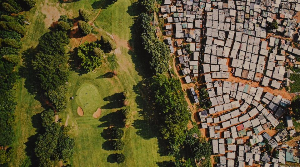 빈부격차가 큰 국가인 남아공 더반의 골프장 옆으로 임시주택이 빽빽하게 들어선 마을이 자리잡고