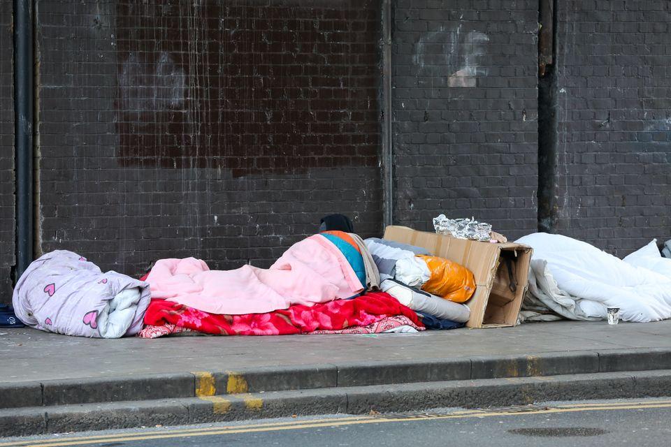 2018년 12월 헤링게이 그린 레인스 다리 아래에서 노숙자 4명이 자고 있다. 영국 자선단체 Crisis에 따르면 지난해 말 기준, 영국 전역에서 지낼 곳이 없어 노숙하는 인구는...