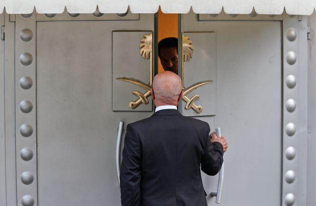 Un homme pénètre au Consulat d'Arabie Saoudite à Istanbul, où le journaliste...