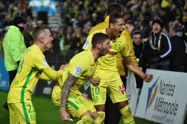 Le footballeur argentin Emiliano Sala, au centre, et son coéquipier Yacine Bammou, à droite,...