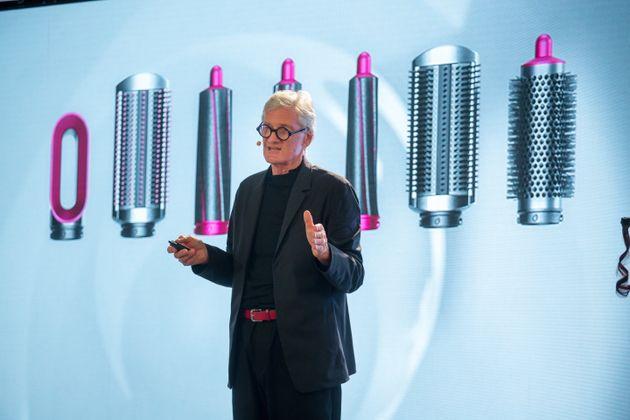 영국 전자제품 기업 다이슨의 창업자이자 회장인 제임스 다이슨이 신제품 '에어랩' 출시 이벤트에서 프리젠테이션을 하고 있다. 뉴욕, 미국. 2018년