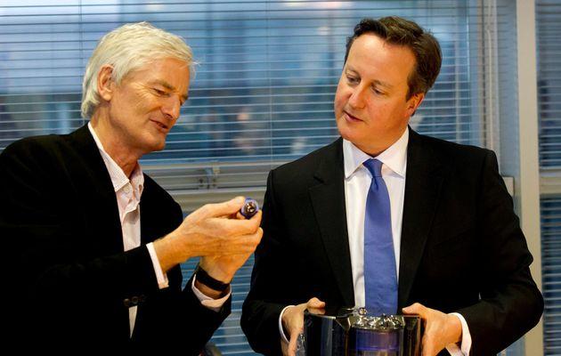 제임스 다이슨이 영국 본사를 방문한 당시 데이비드 캐머런 영국 총리에게 제품을 설명하는 모습. 2014년