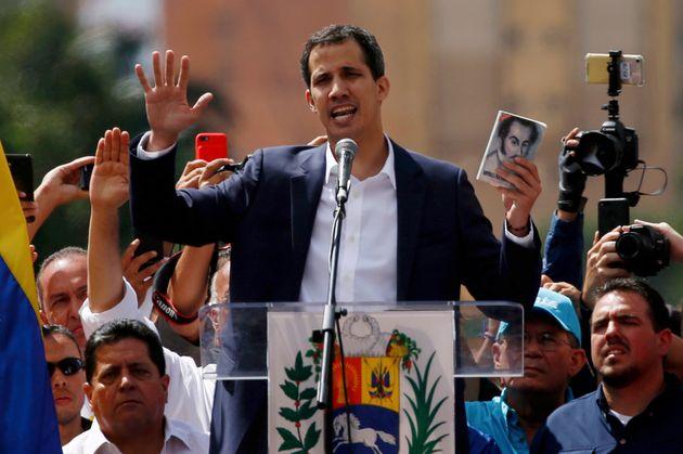 Juan Guaidó segura imagem de Simón Bolívar ao prestar juramento como presidente
