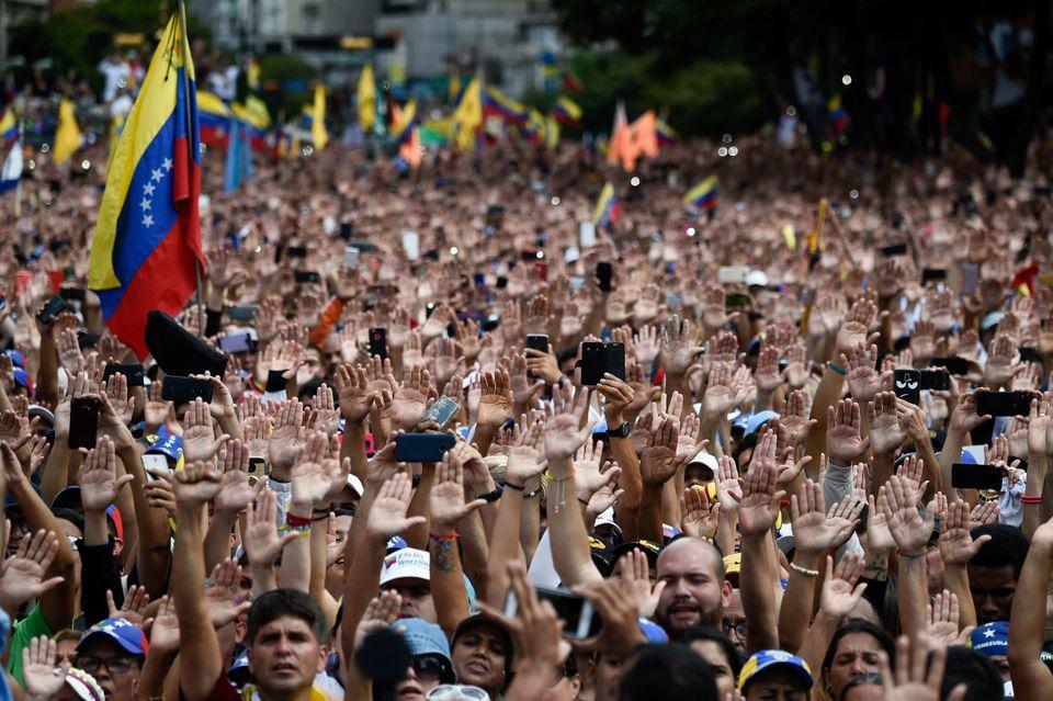 니콜라스 마두로 대통령 퇴진 촉구 대규모 시위에 참석한 시민들이 국회의장 후안 과이도가 스스로를 대통령 직무대행이라고 선언하자 손을 들어 지지를 보내고 있다. 카라카스, 베네수엘라....