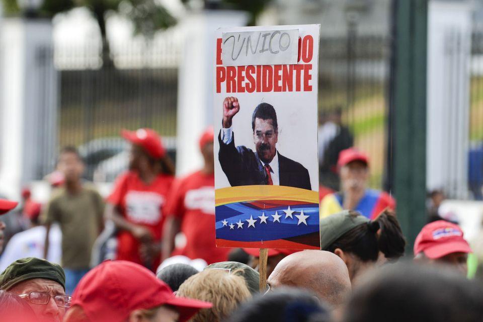 '유일한 대통령' - 미라플로레스 광장에 모인 친정부 시위대가 니콜라스 마두로 베네수엘라 대통령의 얼굴이 그려진 피켓을 들고 있다. 카라카스, 베네수엘라. 2019년