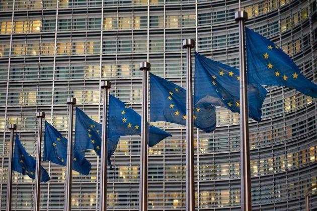 유럽연합 집행위원회 청사 앞에 내걸린 EU 깃발들. 브뤼셀, 벨기에. 2019년