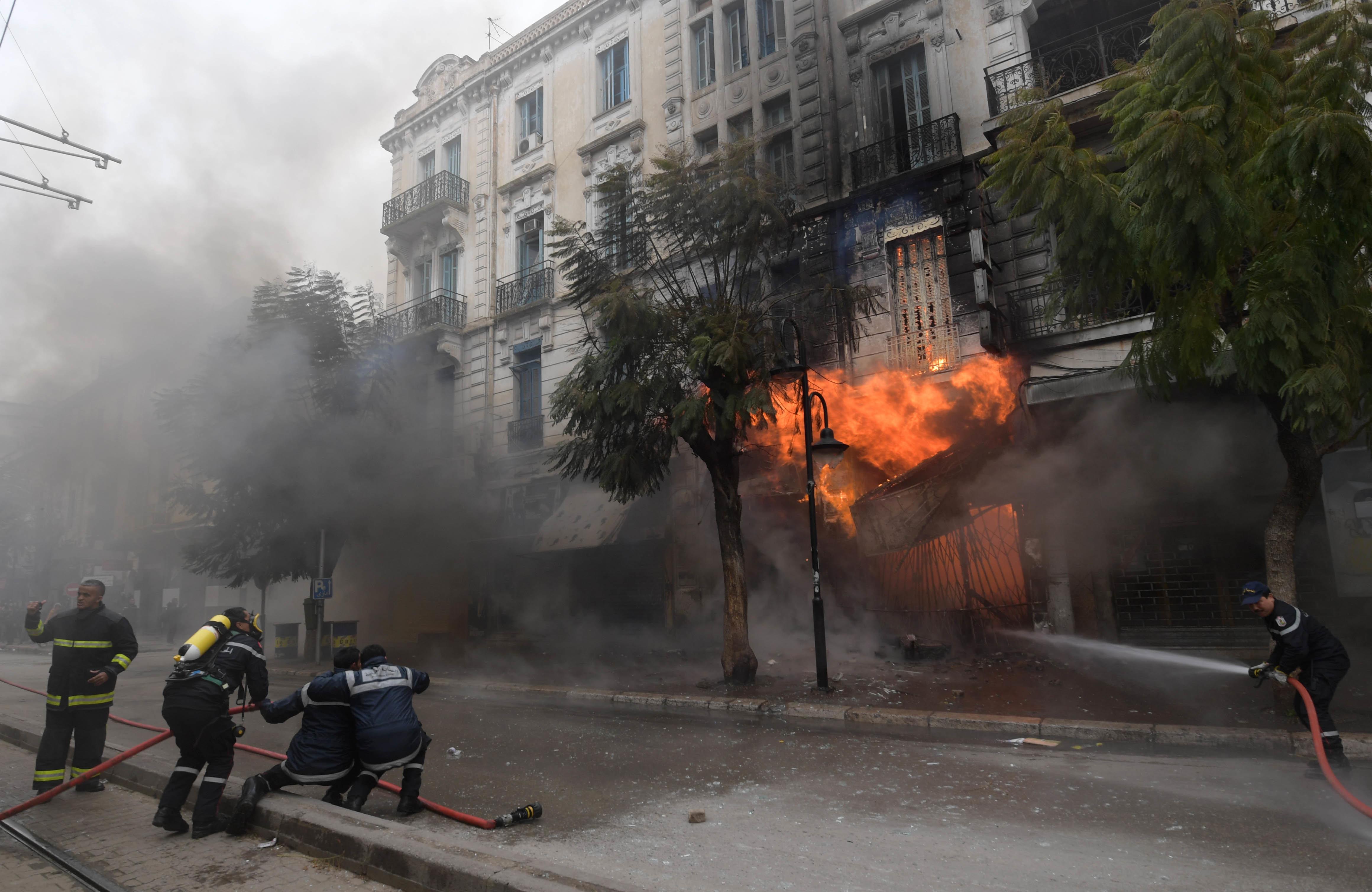 Les images spectaculaires d'un violent incendie au centre-ville de