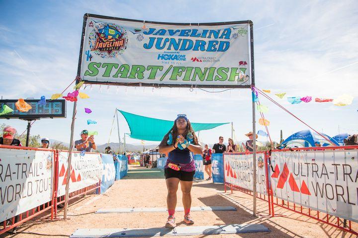 En 2018, il aura fallu 28 h 27 min à Latoya Shauntay Snell, en ne s'autorisant qu'une heure à peine de sommeil, pour boucler ses premiers cent kilomètres dans la fournaise de Fountain Hills, en Arizona. Dernière à franchir la ligne d'arrivée, elle était surprise que tant de gens soient restés pour l'attendre.