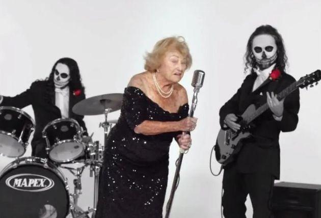 97χρονη επιζήσασα του Ολοκαυτώματος έγινε τραγουδίστρια death