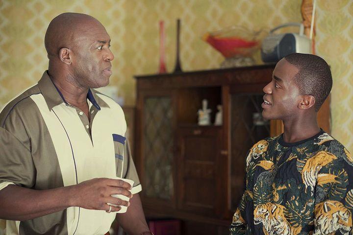 Ncuti Gatwa interpreta o jovem gay Eric que tem relação tensa com pai superprotetor.
