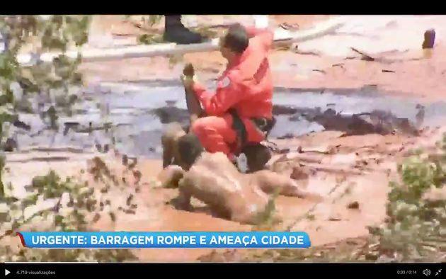 Reprodução de vídeo da TV Record mostra resgate de vítimas do rompimento...
