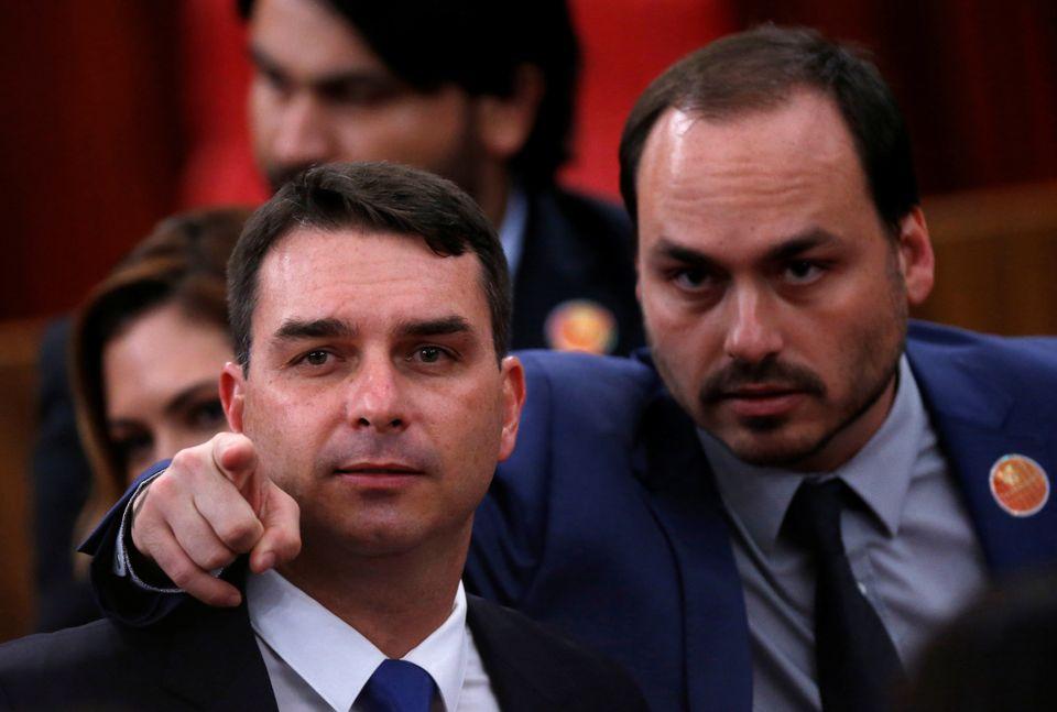 Os irmãos Flávio e Carlos Bolsonaro homenagearam ao menos 72