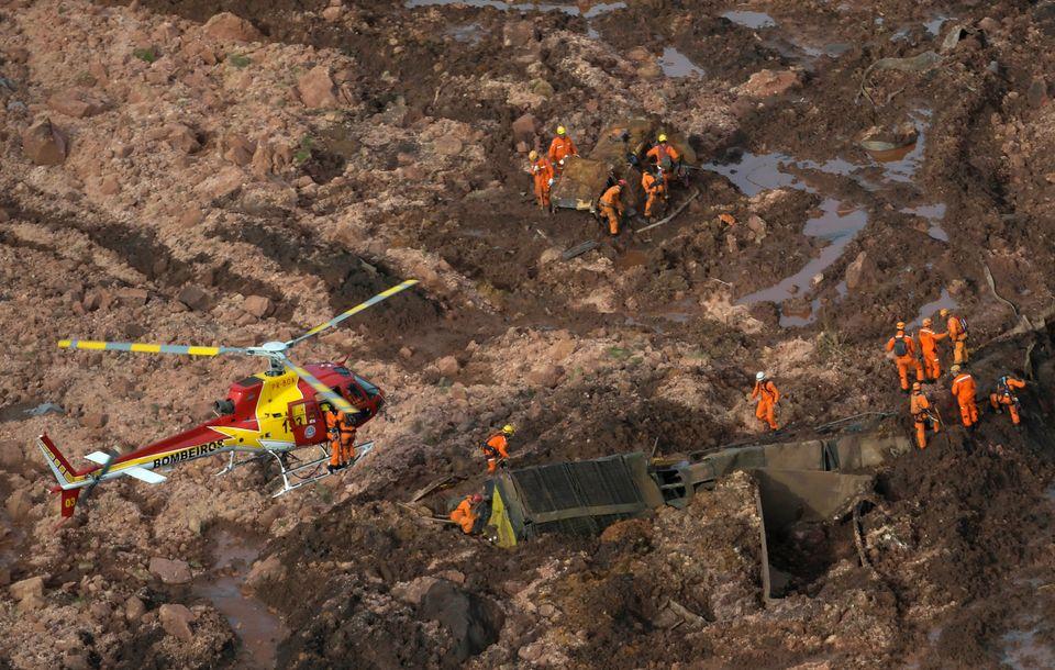 Trabalho de resgate em Brumadinho (MG), após rompimento de barragem na sexta-feira