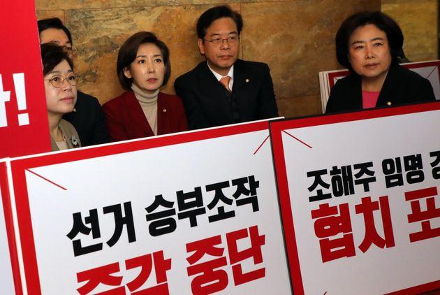 나경원 자유한국당 원내대표가 25일 서울 여의도 국회에서 조해주 중앙선관위원 임명 강행으로 연좌농성중인 의원들을 찾아 격려하고