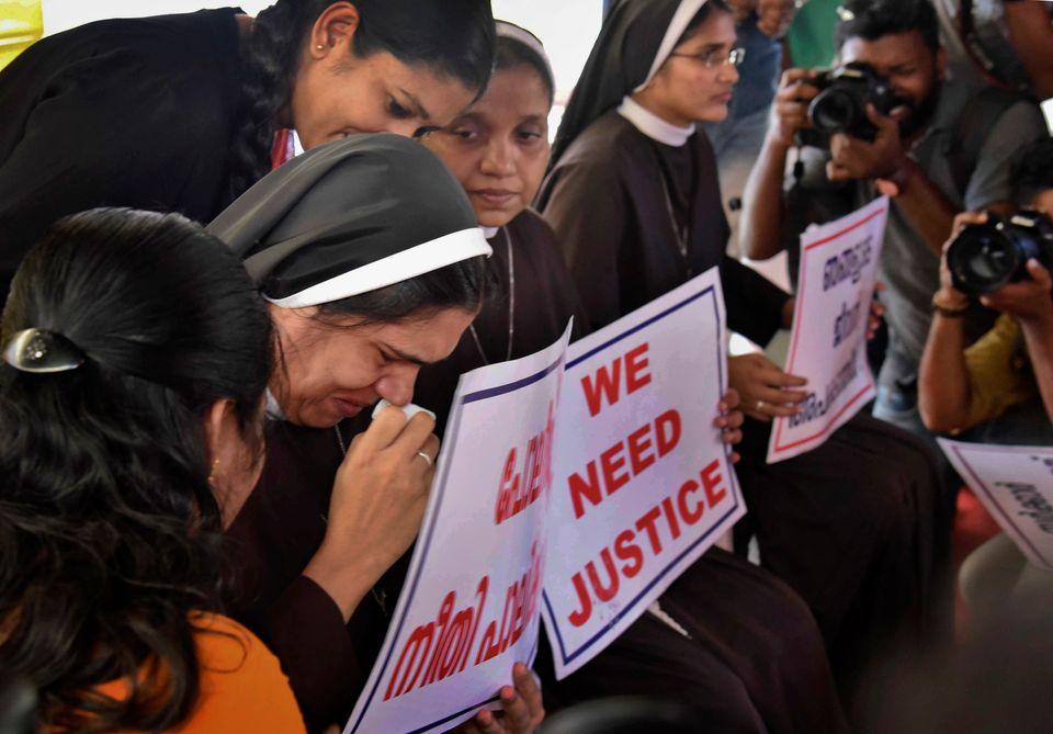 Uma freira chora enquanto participa de protesto para exigir a prisão do bispo Franco Mulakkal,...