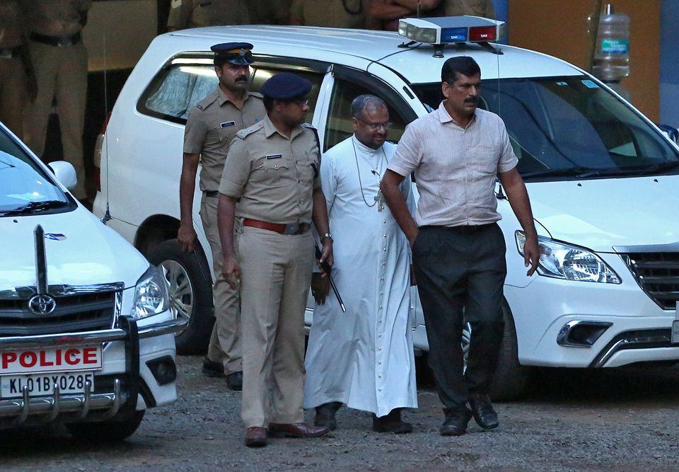 O bispo Franco Mulakkal (segundo à direita) diante de uma delegacia de polícia nos arredores...