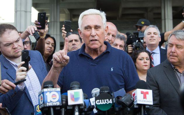도널드 트럼프 미국 대통령의 오랜 측근이었던 로저 스톤이 보석으로 석방된 직후 플로리다주 포트 로더데일 법원 앞에서 기자들의 질문에 답하고 있다. 2019년