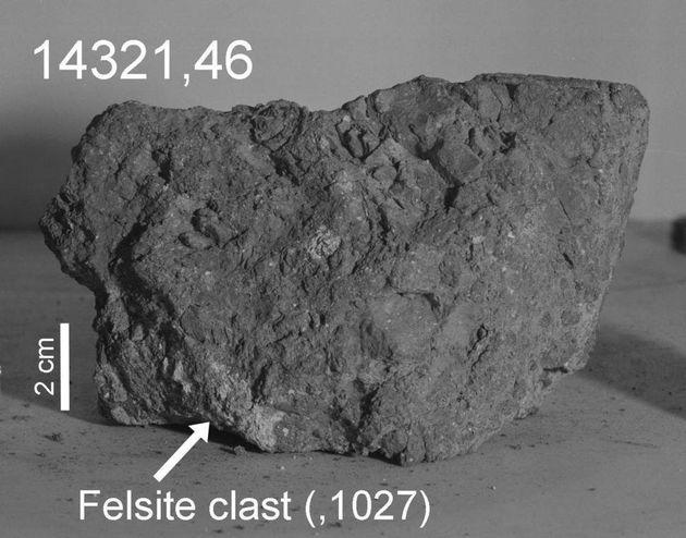 아폴로 14호가 가져온 달 암석. 화살표 부분이 이번 분석에서 지구의 파편으로 추정한