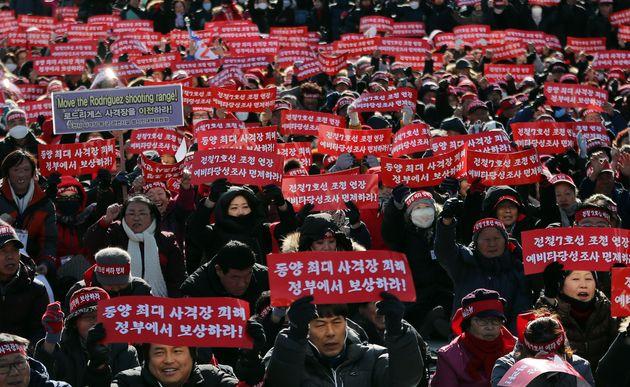 지난 16일 오후 서울 광화문광장에서 열린 '포천시 전철 7호선 예비타당성조사(예타) 면제 촉구 1만명 결의대회'에서 참가자들이 구호를 외치고