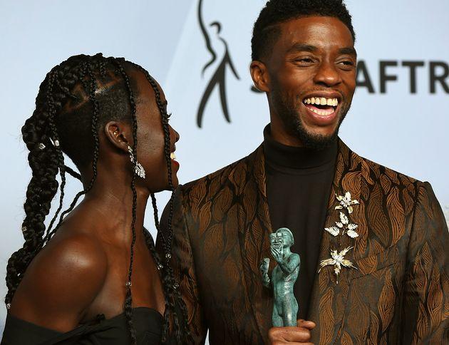 Lupita Nyong'o eChadwick Boseman comemoram o prêmio de Melhor Elenco para Pantera Negra,...