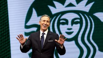 El director general de Starbucks Howard Schultz en una conferencia de la empresa el 22 de marzo del 2017 en Seattle.  (AP Photo/Elaine Thompson, File)