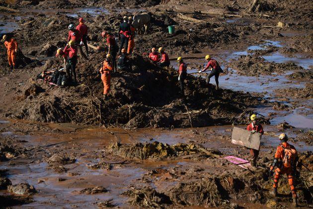Equipes de resgate procuram vítimas do rompimento da barragem da Vale, em Brumadinho