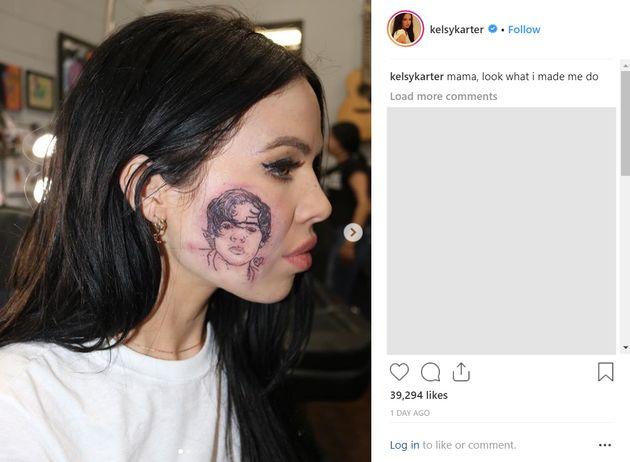 해리 스타일스의 팬인 가수가 해리 스타일스의 '얼굴 타투'를