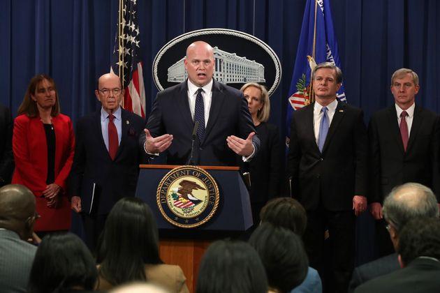 매튜 휘태커 미국 법무장관 직무대행(가운데)이 법무부에서 화웨이 기소와 관한 기자회견을 하고 있다. 윌버 로스 상무장관(왼쪽에서 두번째)과 커스텐 닐슨 국토안보부 장관, 크리스토퍼...