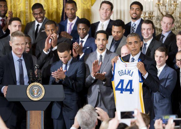 2016년 2월4일, 버락 오바마 당시 대통령이 전년도 NBA 우승팀 골든스테이트 워리어스 선수들을 백악관으로 초청한 자리에서 선수들과 함께 기념 촬영을 하고