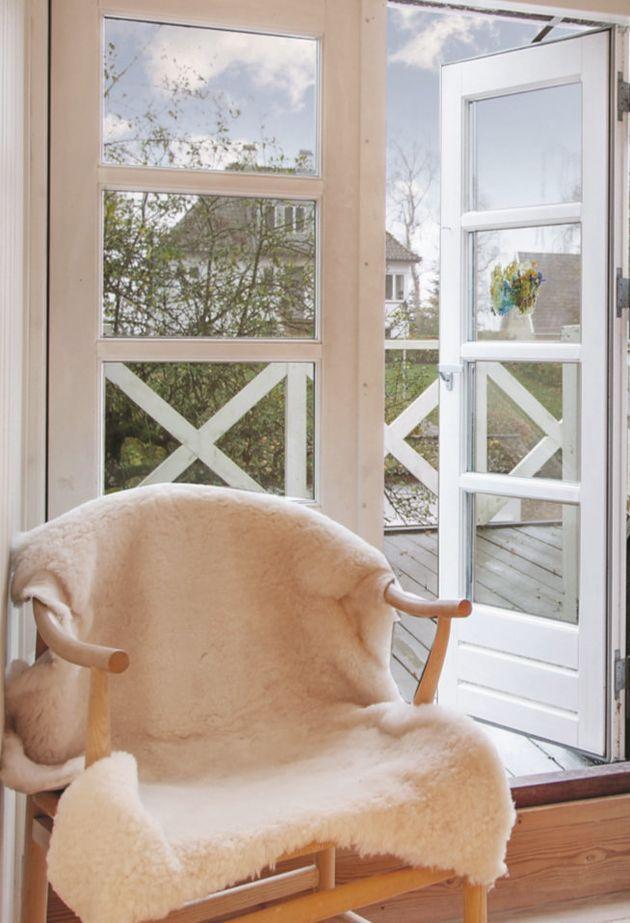 덴마크인은 자신이 좋아하는 담요를 의자에 덮어서