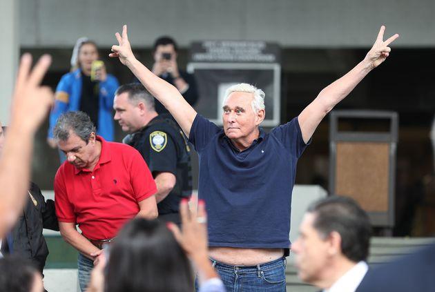 도널드 트럼프 대통령의 비공식 고문으로 활동해 온 로저 스톤이 보석 석방 직후 플로리다주 포드 로더데일 법원 청사를 빠져나오며 두 손을 들어보이고 있다. 2019년