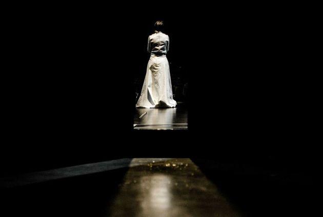 Πρώτες φωτογραφίες από τους «Βρυκόλακες» του Ίψεν σε σκηνοθεσία Δημήτρη