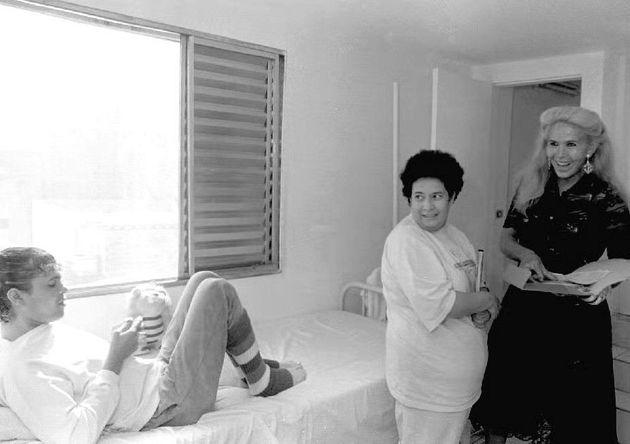 Rebecca, travesti soropositiva, brinca com a enfermeira Zilfa dos Santos em quarto da Casa Brenda Lee....