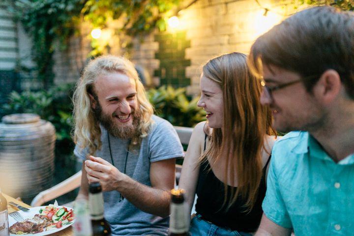 Convide um grupo de amigos solteiros para jantar em sua casa depois do trabalho.