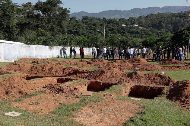 Covas são abertas em cemitério em Brumadinho