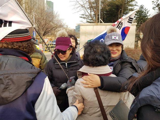 김경수 경남도지사(52)에 대해 30일 오후 법원이 실형을 선고하자 서울 서초동 서울중앙지법 앞에서 집회를 벌이던 대한애국당 소속 당원들이 환호하며 얼싸안고