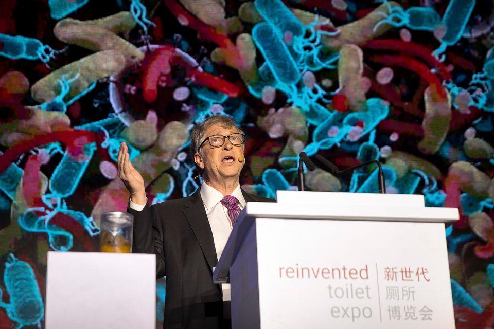 Bill Gates steht neben einem Glas Fäkalien, als er im November 2018 auf der Reinvented Toilet Expo...