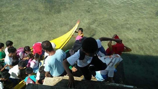 Ένα δώρο για τα παιδιά που πηγαίνουν σχολείο κολυμπώντας στις