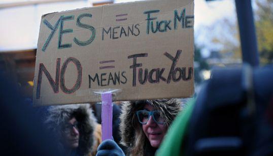 Ξέρετε τι συνιστά βιασμό στην Ελλάδα βάσει νόμου; Η Διεθνής Αμνηστία μαζεύει υπογραφές για να
