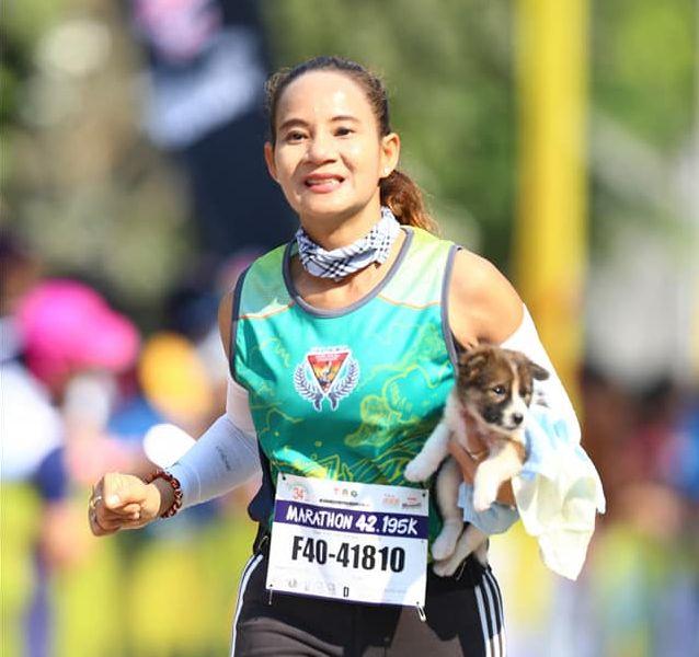 Marathon-Läuferin sieht Hunde-Welpen am Straßenrand und reagiert