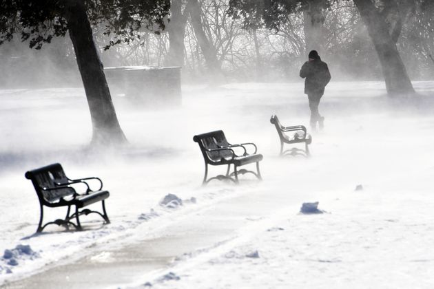 La vague de froid s'abat aux États-Unis. Ici, un promeneur près du lac Culler, dans la...