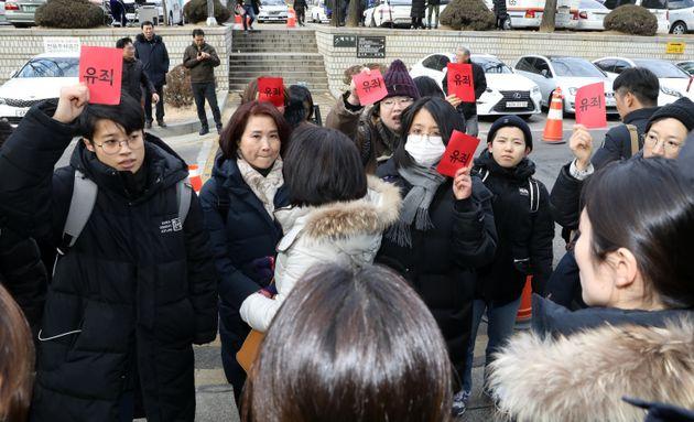 안희정성폭력사건공대위 회원들이 1일 오후 서울 서초구 서울고등법원에서 열린 항소심 선고공판에 출석한 안희전 전 충남지사를 규탄하고
