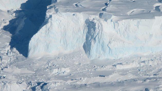 Η ΝΑSA ανακάλυψε τεράστια κοιλότητα κάτω από παγετώνα στην