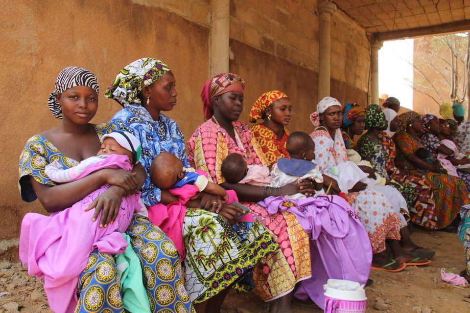 Mütter warten in einem Gesundheitszentrum in Mali, um ihre Kleinkinder impfen zu
