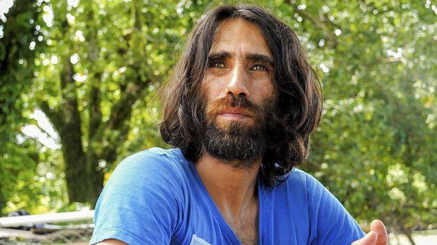 O πρόσφυγας κρατούμενος που κέρδισε βραβείο για βιβλίο που έγραψε μέσω