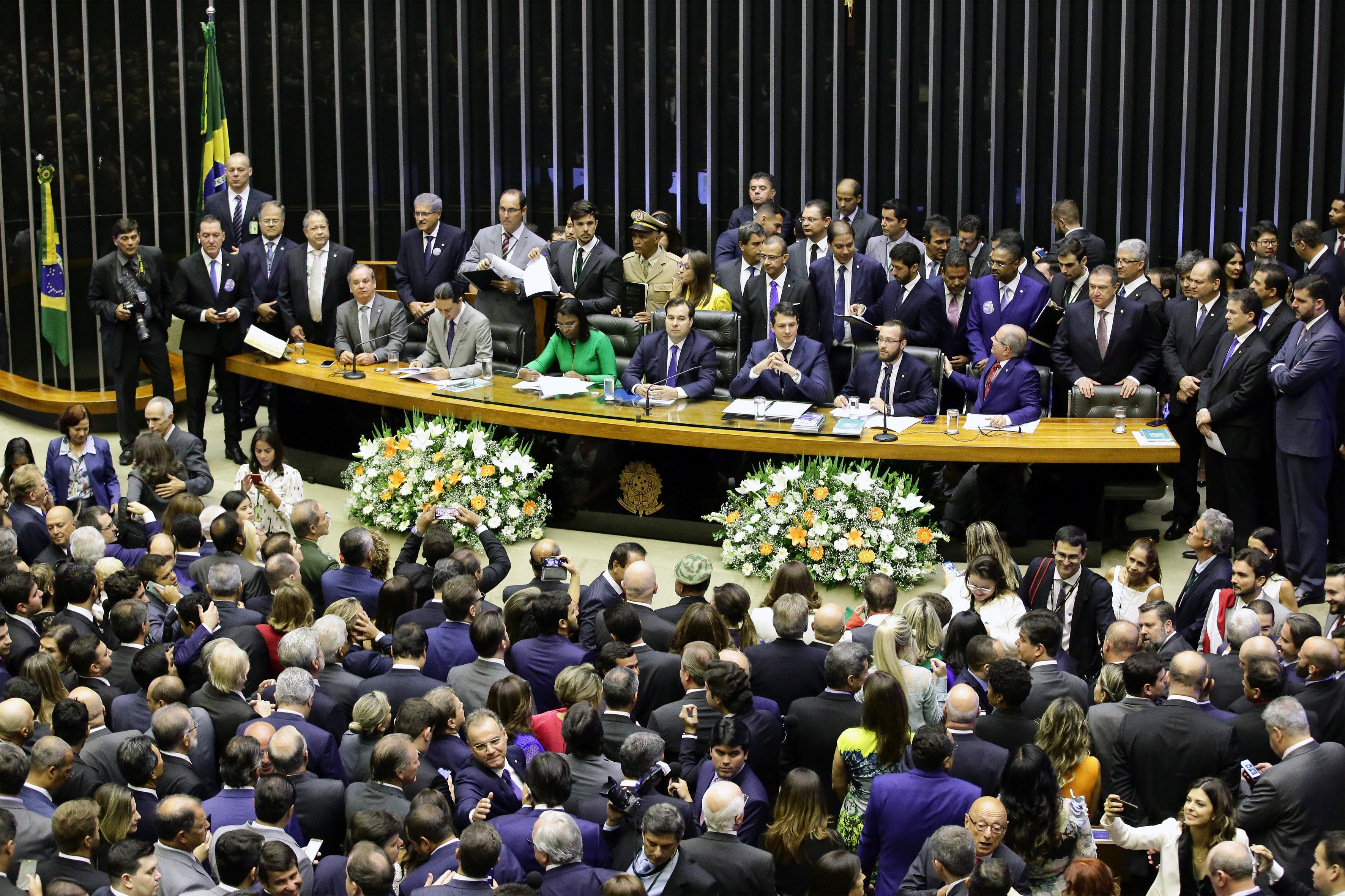 Em posse na Câmara, Eduardo Bolsonaro e substituto de Jean Wyllys são