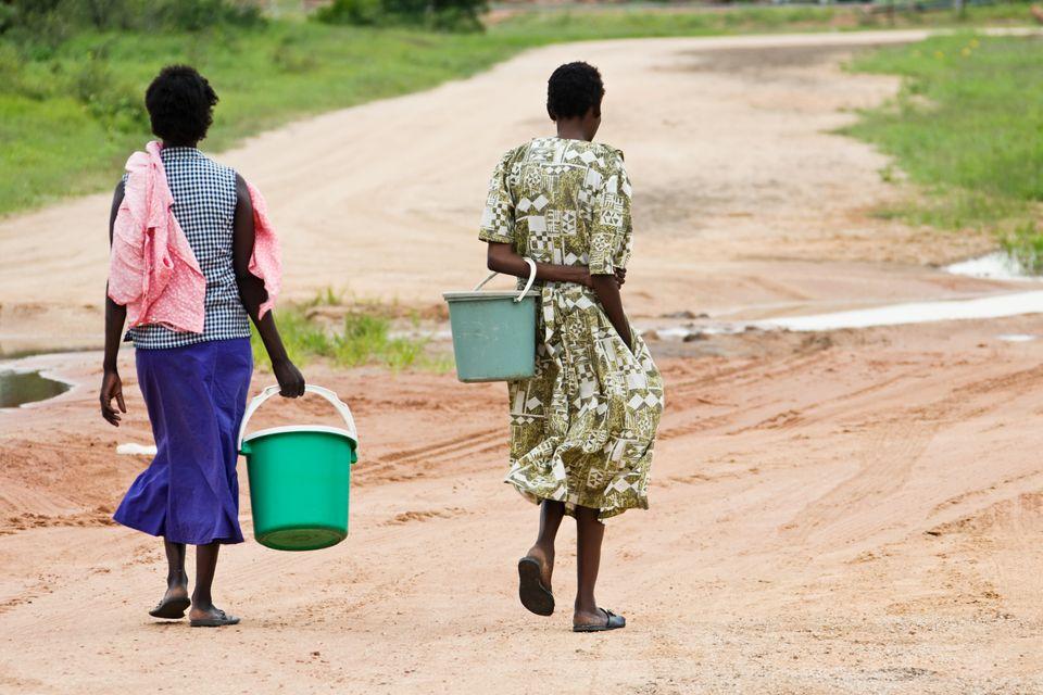 In vielen ländlichen Regionen Afrikas ist Wasser ein Luxusgut. Täglich laufen die Menschen...