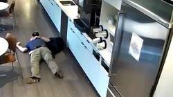 Είσαι και ατιμούλης! Πελάτης ρίχνει επίτηδες νερό στο πάτωμα και γλιστράει για να πάρει